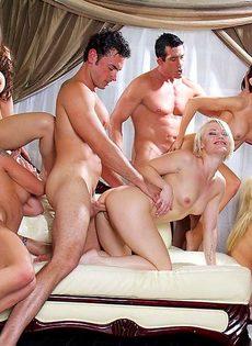 Мускулистые парни трахают сексуальных девок и доставляют им удовольствие - фото #12