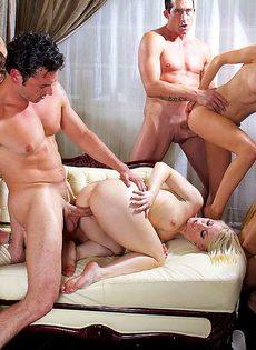 Мускулистые парни трахают сексуальных девок и доставляют им удовольствие - фото #14