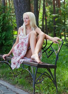 Девушка снимает платье, чтобы намочить стройное молодое тело в фонтане - фото #4