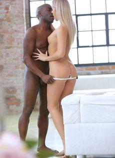 Вагинальная ебля стройной блондинки и чернокожего чувака - фото #3