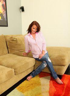 Зрелая женщина с обвисшими сиськами снимает драные джинсы и раздвигает писю - фото #1