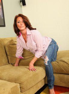 Зрелая женщина с обвисшими сиськами снимает драные джинсы и раздвигает писю - фото #2