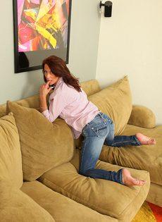 Зрелая женщина с обвисшими сиськами снимает драные джинсы и раздвигает писю - фото #3