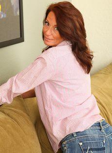 Зрелая женщина с обвисшими сиськами снимает драные джинсы и раздвигает писю - фото #4