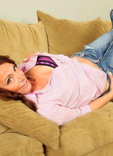 Зрелая женщина с обвисшими сиськами снимает драные джинсы и раздвигает писю - фото #5