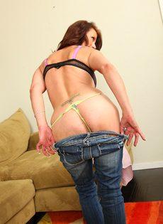 Зрелая женщина с обвисшими сиськами снимает драные джинсы и раздвигает писю - фото #9