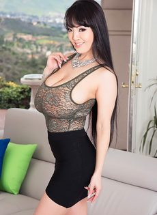 Большие обвисшие сиськи длинноногой азиатской красавицы - фото #1