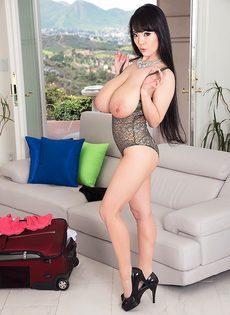 Большие обвисшие сиськи длинноногой азиатской красавицы - фото #15