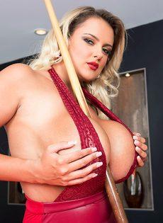 Шикарная блондинка с большими дойками играет в бильярд - фото #3