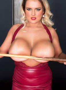 Шикарная блондинка с большими дойками играет в бильярд - фото #6