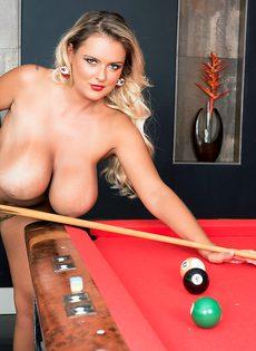 Шикарная блондинка с большими дойками играет в бильярд - фото #13