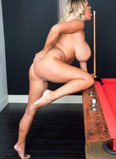 Шикарная блондинка с большими дойками играет в бильярд - фото #14