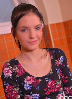 Откровенное соло молоденькой развратной девушки в ванной комнате - фото #1