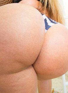 Жаркая девушка показывает аппетитную задницу на свежем воздухе - фото #10