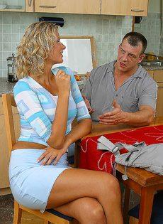 Завалил жене в рот на кухне и кончил на лицо и грудь - фото #2