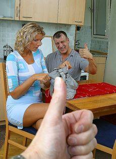 Завалил жене в рот на кухне и кончил на лицо и грудь - фото #3