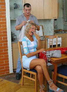 Завалил жене в рот на кухне и кончил на лицо и грудь - фото #5