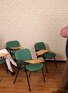 Мужик дрочит член, глядя на фигуристую студентку в очках - фото #1