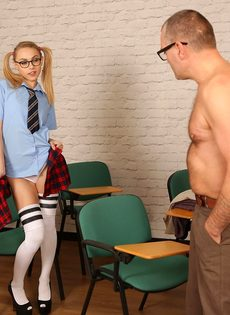 Мужик дрочит член, глядя на фигуристую студентку в очках - фото #2