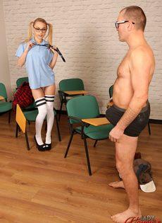 Мужик дрочит член, глядя на фигуристую студентку в очках - фото #5