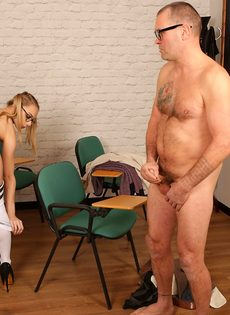 Мужик дрочит член, глядя на фигуристую студентку в очках - фото #12