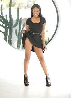 Улыбчивая темнокожая девушка Jenna Foxx с обвисшей грудью - фото #1