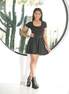 Улыбчивая темнокожая девушка Jenna Foxx с обвисшей грудью - фото #5