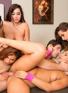 Подкачанному мужику повезло трахнуться с несколькими красавицами - фото #8