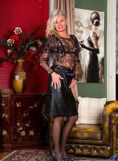Во время эротической фото сессии старушка показала обе дырки - фото #1