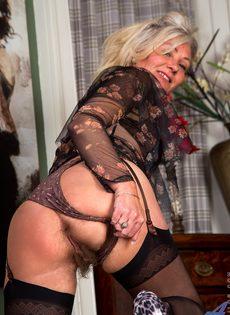 Во время эротической фото сессии старушка показала обе дырки - фото #5