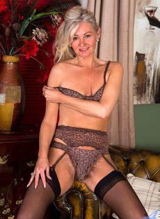 Во время эротической фото сессии старушка показала обе дырки - фото #7