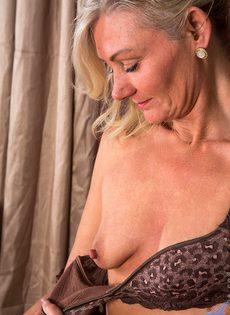 Во время эротической фото сессии старушка показала обе дырки - фото #8