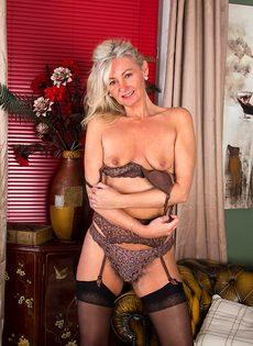 Во время эротической фото сессии старушка показала обе дырки - фото #9