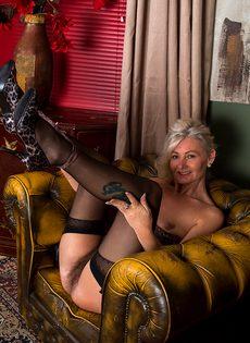 Во время эротической фото сессии старушка показала обе дырки - фото #10