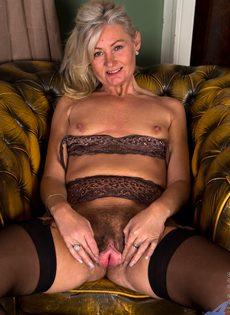 Во время эротической фото сессии старушка показала обе дырки - фото #11