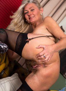 Во время эротической фото сессии старушка показала обе дырки - фото #13