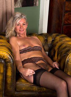 Во время эротической фото сессии старушка показала обе дырки - фото #15