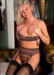 Во время эротической фото сессии старушка показала обе дырки - фото #16