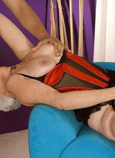 Старая блондинка в телесных чулках налезла на член любовника - фото #3