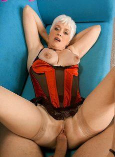 Старая блондинка в телесных чулках налезла на член любовника - фото #5