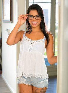 У молоденькой брюнетки в очках красивая интимная стрижка на лобке - фото #1
