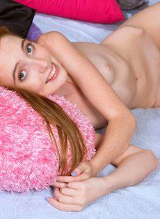 Тоненькая молодушка трогает розовую вагину и получает наслаждение - фото #9