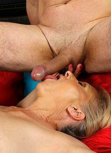 Старуха с волосатой дыркой заглатывает в рот член любимого мужа - фото #12