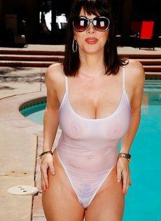 Брюнетка в возрасте Ray Veness вывалила большие упругие дойки - фото #1