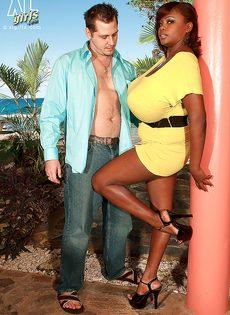 Развлечения европейского мужика и африканской пышногрудой сучки - фото #1