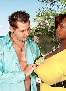 Развлечения европейского мужика и африканской пышногрудой сучки - фото #3
