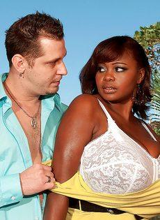 Развлечения европейского мужика и африканской пышногрудой сучки - фото #6