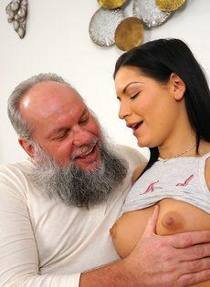 Молодая брюнетка соснула хуй старого деда перед совокуплением - фото #2