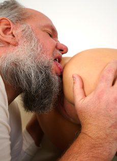 Молодая брюнетка соснула хуй старого деда перед совокуплением - фото #5
