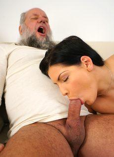 Молодая брюнетка соснула хуй старого деда перед совокуплением - фото #7